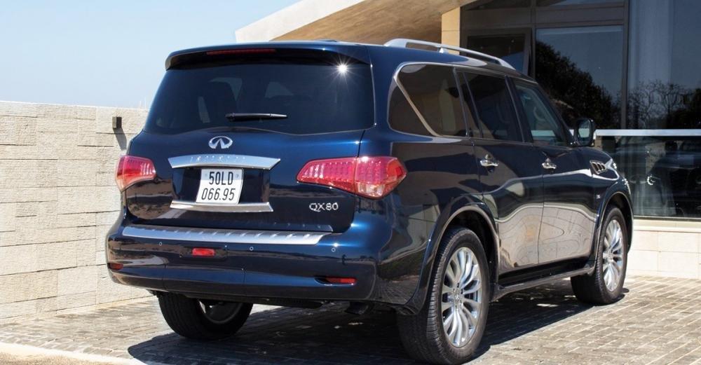 Đánh giá xe Infiniti QX80 2015 có đuôi xe khá tròn trịa, mềm mại.