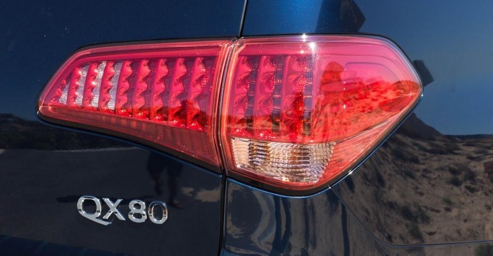 Đánh giá xe Infiniti QX80 2015 có đèn hậu LED vuốt cong.