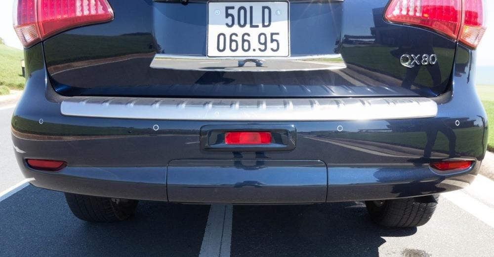 Đánh giá xe Infiniti QX80 2015 có cản sau với tấp ốp kim loại trông rất sạch sẽ.