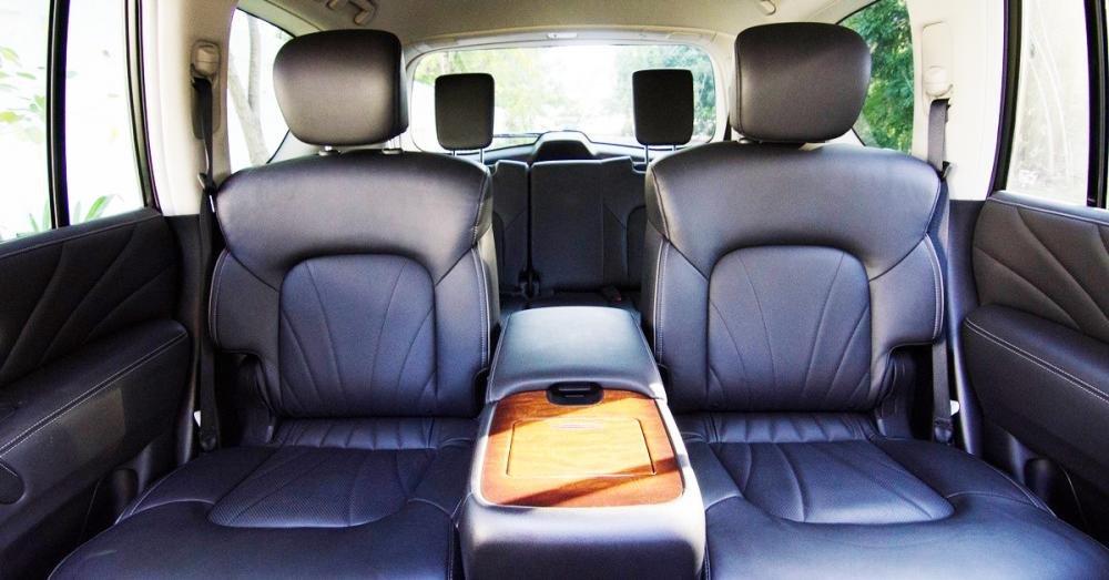 Đánh giá xe Infiniti QX80 2015 bệ tì tay rất lớn cho hàng ghế thứ 2.