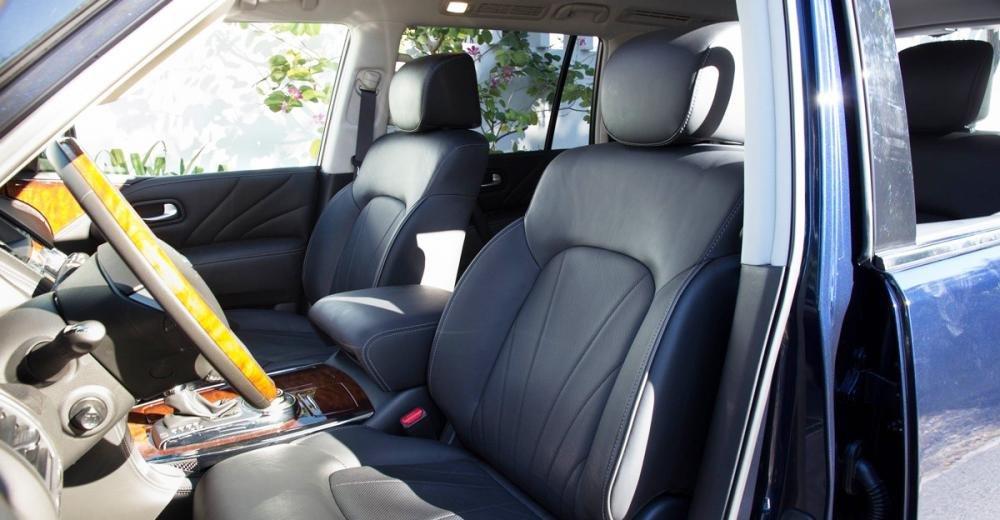Đánh giá xe Infiniti QX80 2015 có hàng ghế đầu với tựa lưng ôm sát cơ thể.