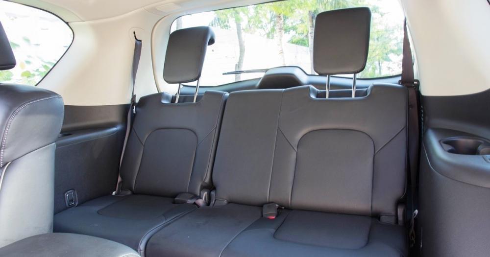 Đánh giá xe Infiniti QX80 2015 ở hàng ghế thứ 3 chỉ 2 ghế có tựa đầu.