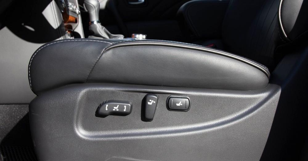 Đánh giá xe Infiniti QX80 2015 có các nút chỉnh điện của ghế trước.