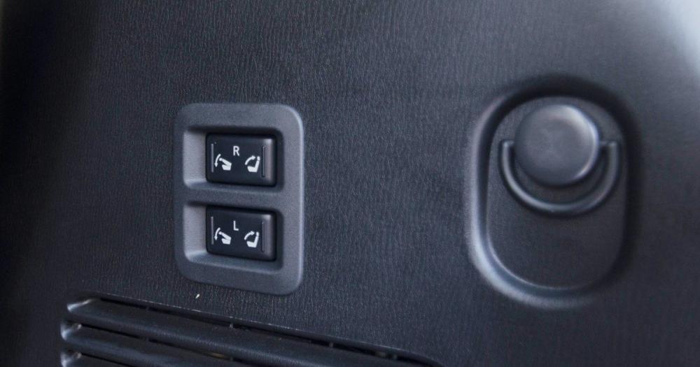 Đánh giá xe Infiniti QX80 2015 có nút chỉnh gập gọn hàng ghế thứ 3.