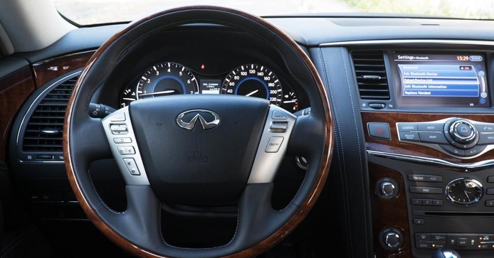 Đánh giá xe Infiniti QX80 2015 có vô lăng ốp gỗ Stratford sang trọng.