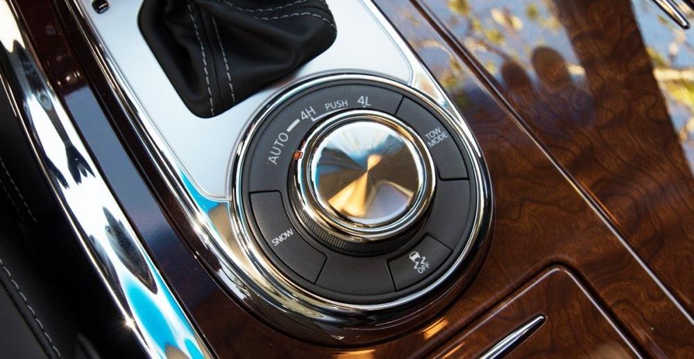 Đánh giá xe Infiniti QX80 2015 có núm điều khiển chế độ lái thông minh.