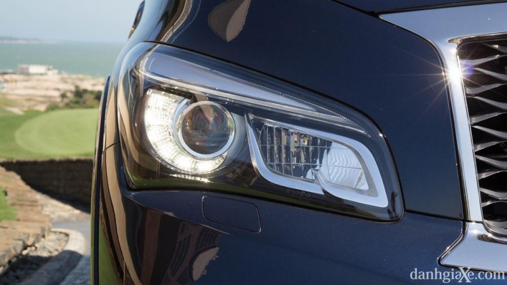 Đánh giá xe Infiniti QX80 2015 có đèn pha sắc sảo.