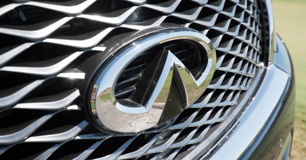 Đánh giá xe Infiniti QX80 2015 có lưới tản nhiệt làm bằng kim loại sang trọng
