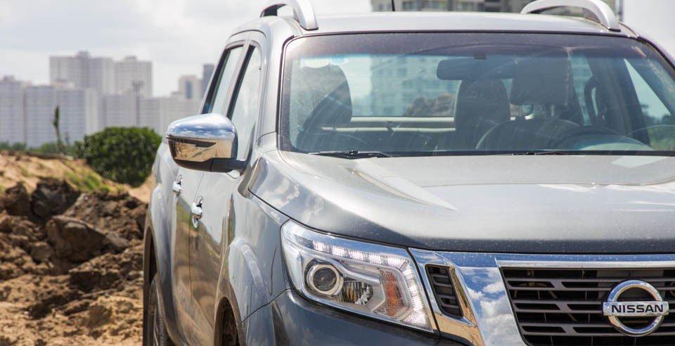 Đánh giá xe Nissan Navara 2015 có cụm đèn pha thiết kế dạng khối hiện đại.