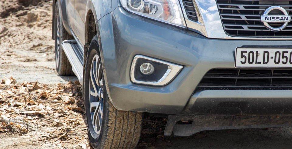 Đánh giá xe Nissan Navara 2015 có đèn sương mù nằm gọn trong hốc mạ chrome.