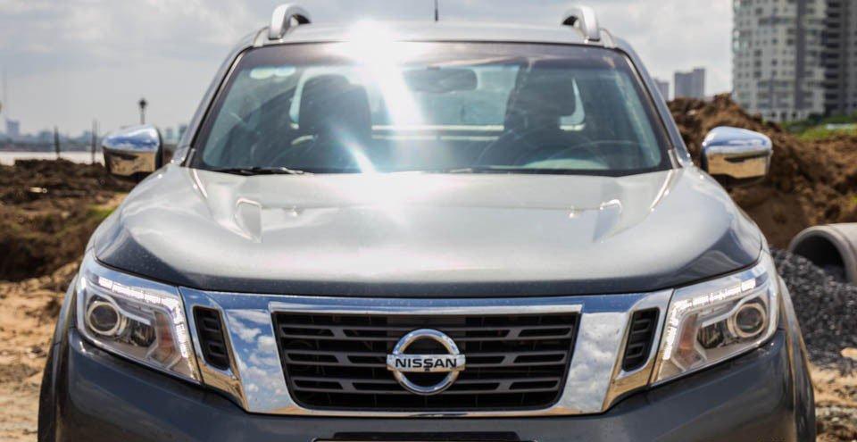 Đánh giá xe Nissan Navara 2015 có nắp ca-pô lõm nhẹ để tạo điểm nhấn hấp dẫn.