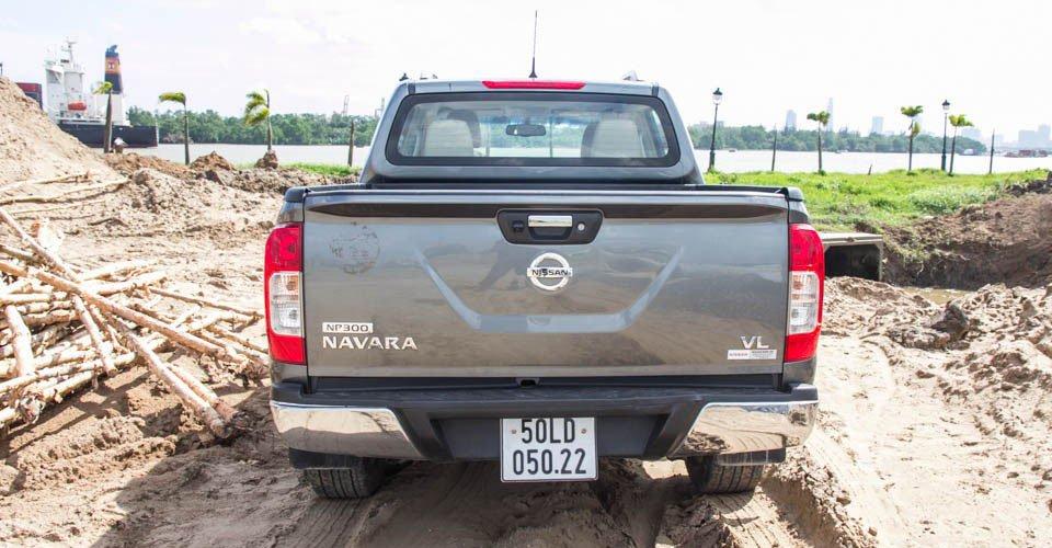 """Đánh giá xe Nissan Navara 2015 có đuôi xe khá """"nhẹ nhàng""""."""
