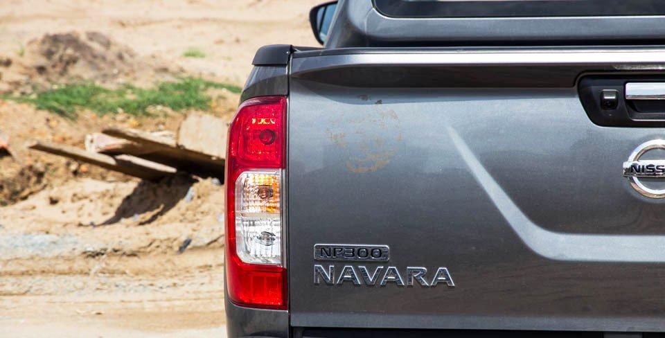 Đánh giá xe Nissan Navara 2015 có cụm đèn hậu LED hình cột chữ nhật.