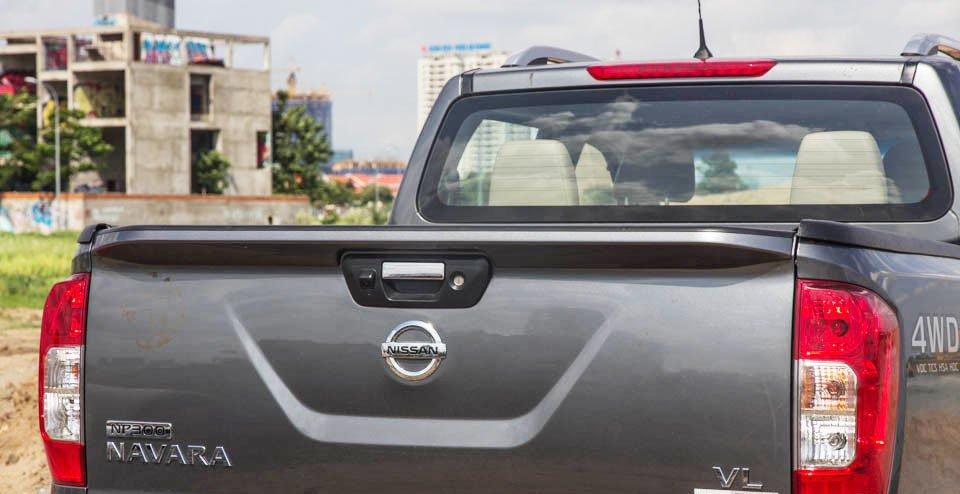 Đánh giá xe Nissan Navara 2015 có đuôi gió nhô ra và đèn phanh trên cao.