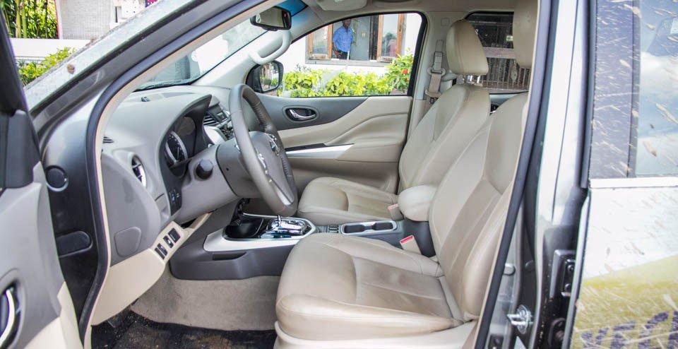 Đánh giá xe Nissan Navara 2015 có hàng ghế trước lớn, ôm lấy thân tài xế.