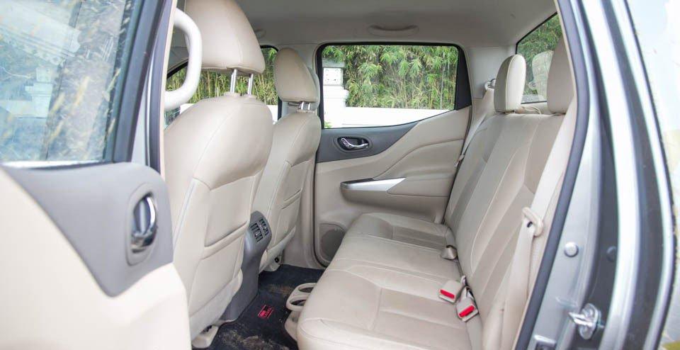 Đánh giá xe Nissan Navara 2015 có hàng ghế sau ngồi thoải mái 3 người.
