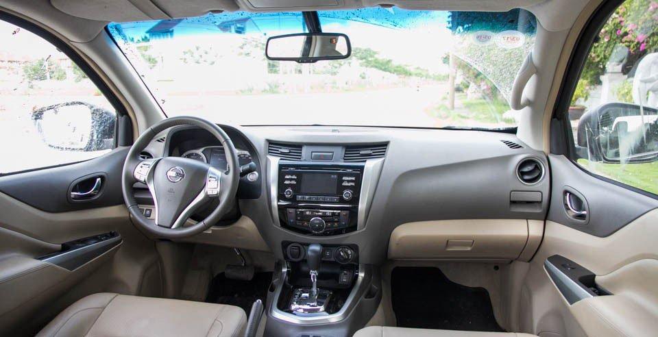 Đánh giá xe Nissan Navara 2015 có nội thất khá rộng rãi.