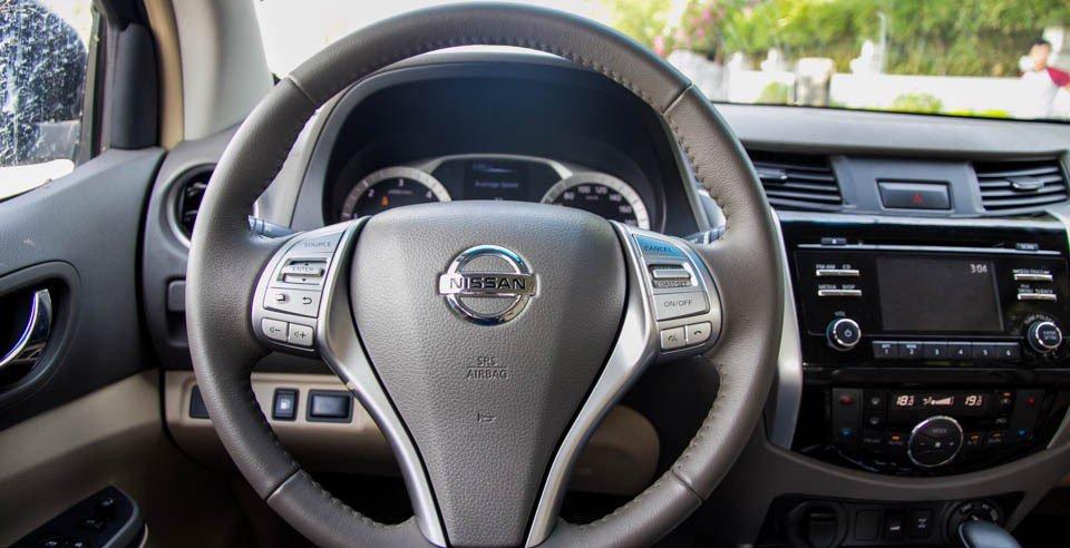 Đánh giá xe Nissan Navara 2015 có vô lăng 3 chấu với nhiều nút bấm.