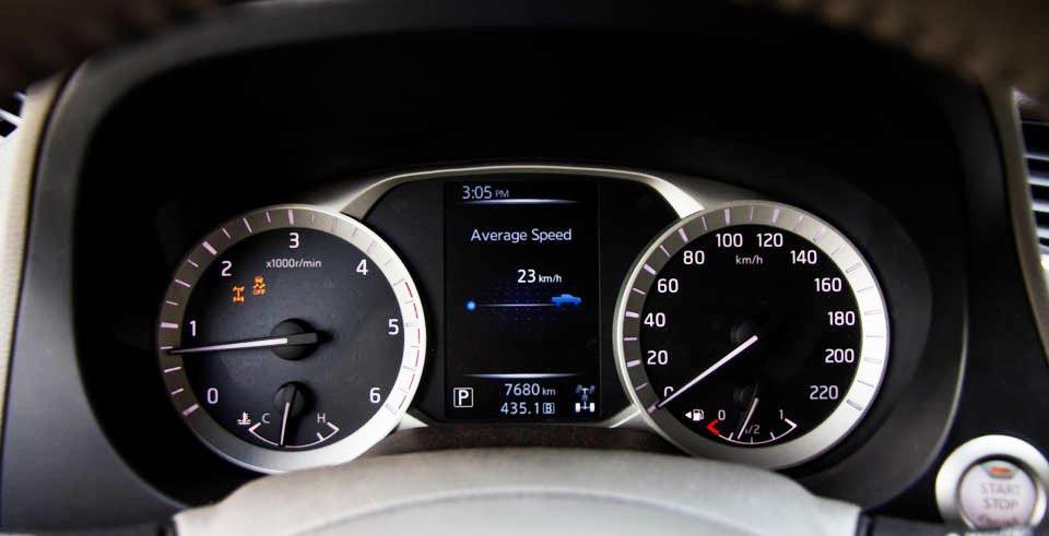 Đánh giá xe Nissan Navara 2015 có đồng hồ lái trang bị màn hình hiển thị đa chức năng.