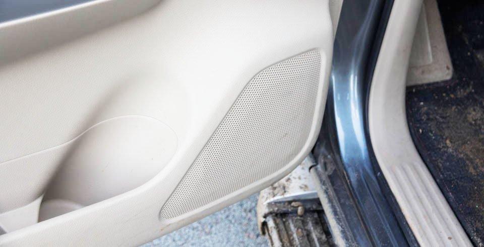 Đánh giá xe Nissan Navara 2015 có âm thanh 6 loa chất lượng cao.
