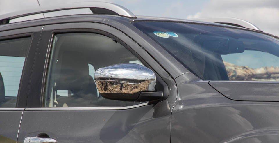 Đánh giá xe Nissan Navara 2015 có gương chiếu hậu chỉnh/gập điện.