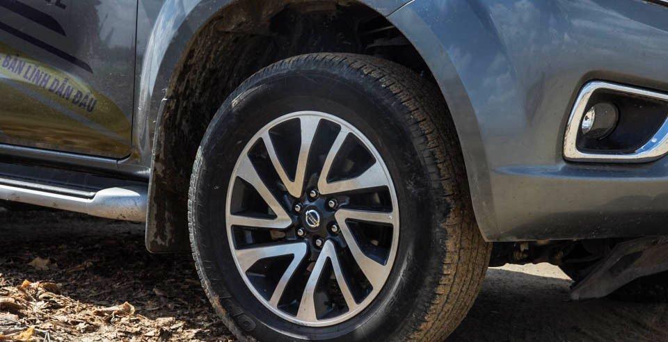 Đánh giá xe Nissan Navara 2015 có la zăng 18 inch (phiên bản E là 16 inch).