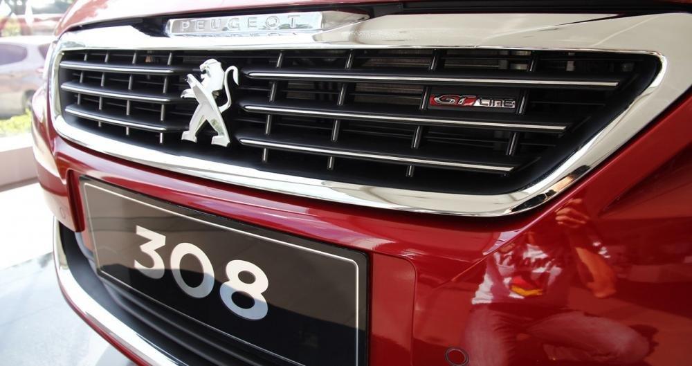 Đánh giá xe Peugeot 308 2015 có lưới tản nhiệt miệng cười khá lớn.