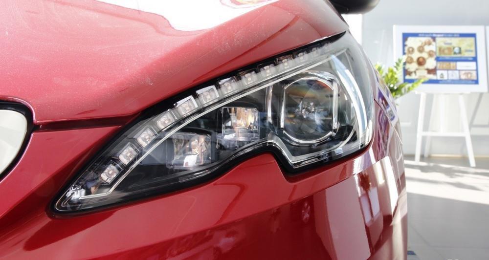 Đánh giá xe Peugeot 308 2015 có đèn pha Xenon thế hệ mới.