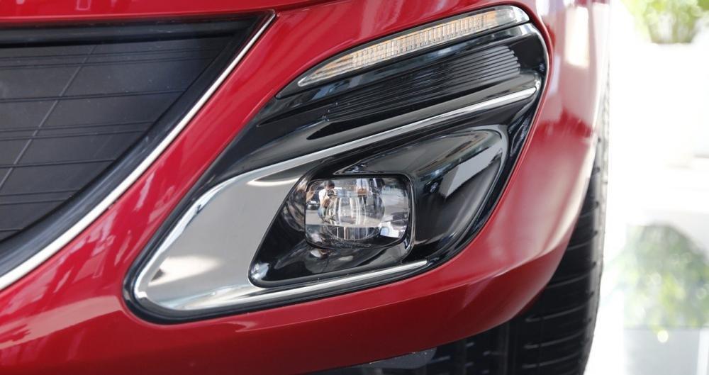 Đánh giá xe Peugeot 308 2015 có đèn sương mù thiết kế hiện đại.