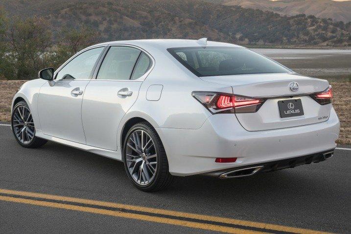 Đánh giá xe Lexus GS 350 2016: Đuôi xe Lexus GS 350 2016 bề thế và chắc chắn.