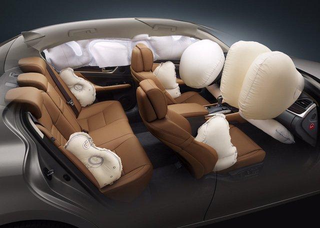 Đánh giá xe Lexus GS 350 2016: Lexus GS 350 2016 được trang bị 10 túi khí tiêu chuẩn.