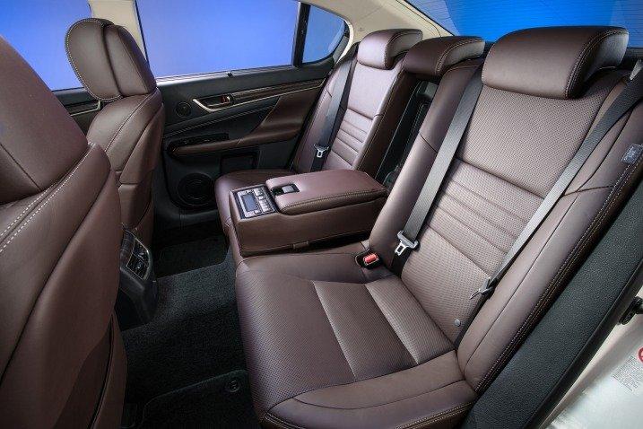 Đánh giá xe Lexus GS 350 2016: Khách hàng ở hàng ghế sau được chăm sóc bởi điều hòa độc lập.