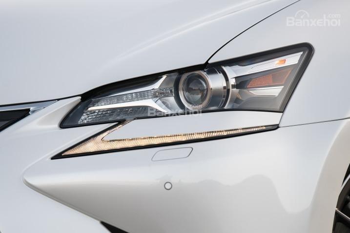Đánh giá xe Lexus GS 350 2016: Cụm đèn pha có khả năng tự động điều chỉnh góc chiếu sáng.