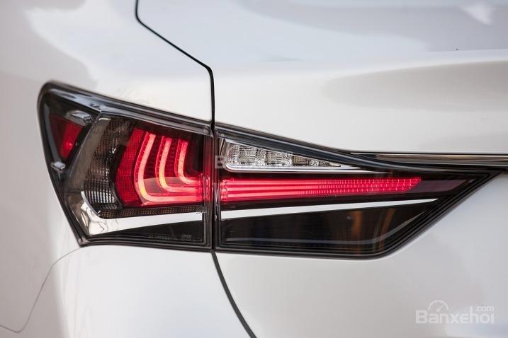 Đánh giá xe Lexus GS 350 2016: Cụm đèn hậu cỡ lớn và đèn LED ấn tượng.