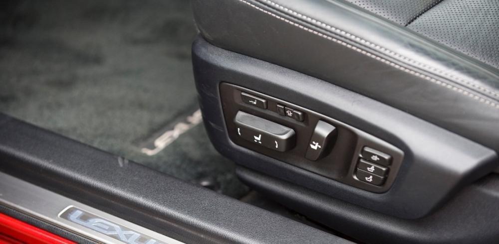 Đánh giá xe Lexus GS 350 2016: Các nút điều chỉnh ngay trên ghế ngồi.