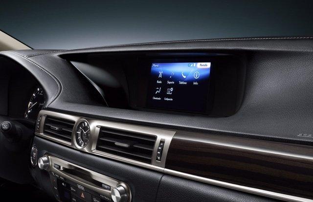 Đánh giá xe Lexus GS 350 2016: Bảng tablo của Lexus GS 350 được ốp gỗ laser-cut cao cấp  Bảng tablo của Lexus GS 350 được ốp gỗ laser-cut cao cấp và các đường viền mạ bạc liền khối sang trọng, kéo dài tới.