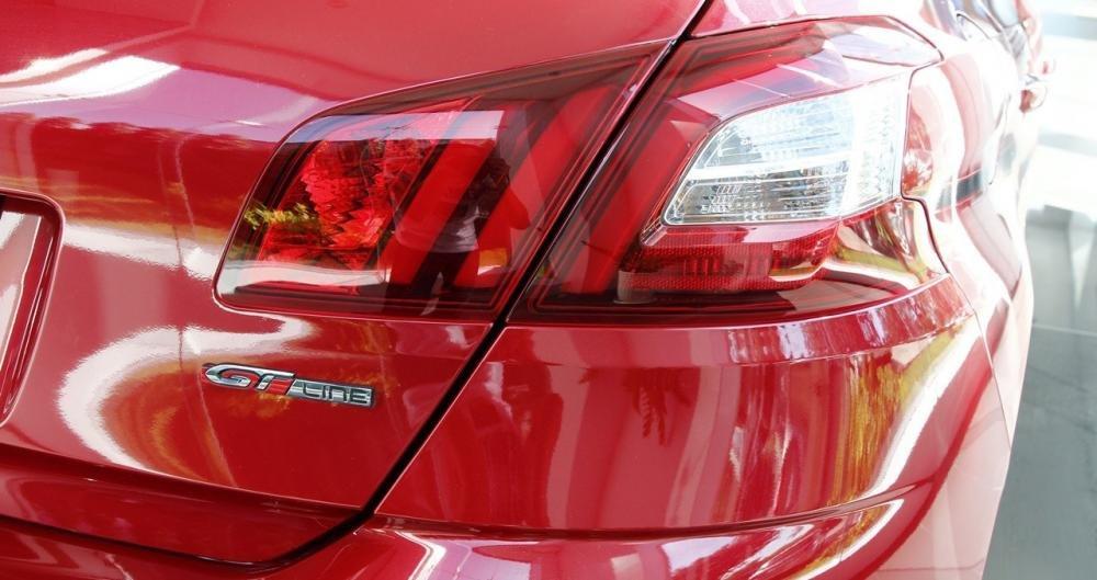 Đánh giá xe Peugeot 308 2015 có cụm đèn hậu dạng LED 3D rất đẹp.