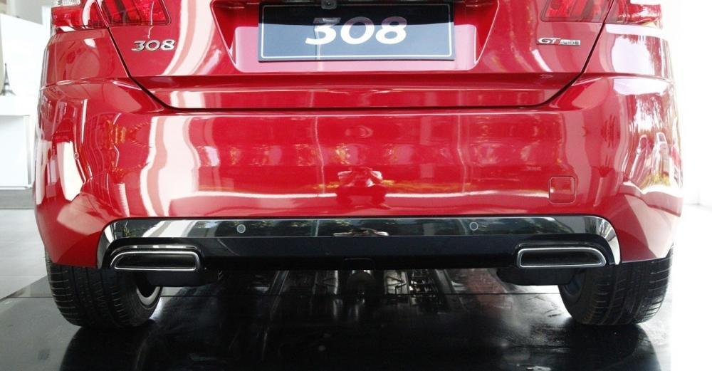 Đánh giá xe Peugeot 308 2015 có cặp ống xả hình dẹt rất phong cách.