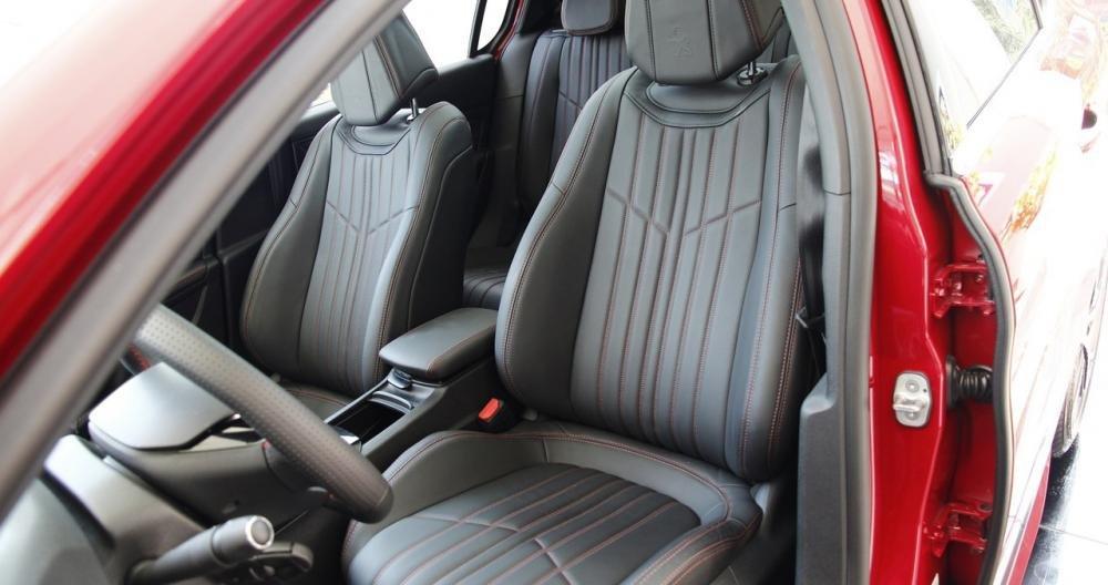 Đánh giá xe Peugeot 308 2015 có hàng ghế trước ôm lấy lưng rất dễ chịu.