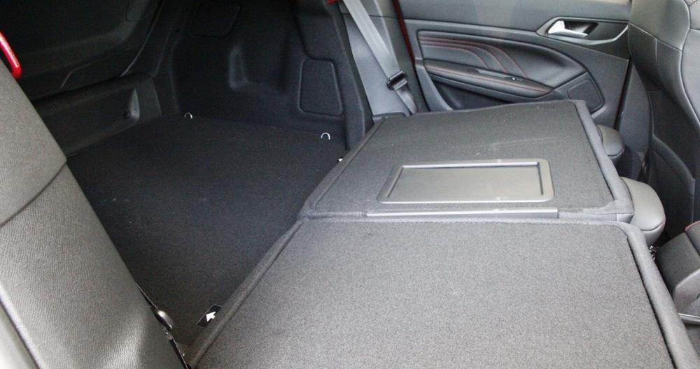Đánh giá xe Peugeot 308 2015 có thể gấp gọn hàng ghế sau tăng diện tích để đồ.