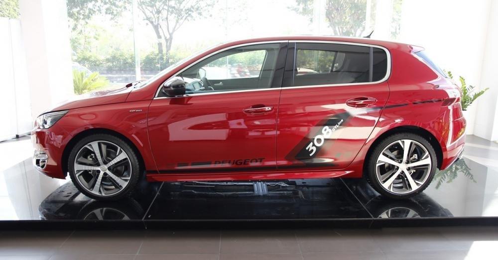 Đánh giá xe Peugeot 308 2015 có thân xe thể thao, bóng bảy.
