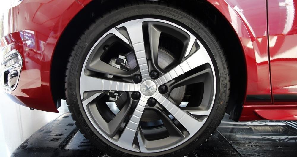 Đánh giá xe Peugeot 308 2015 có la zăng 5 chấu rất khỏe khoắn.