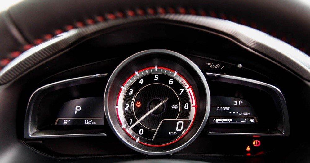 So sánh nhanh Mazda 3 sedan 2015 và Kia K3 2013 về thiết kế bảng đồng hồ lái.