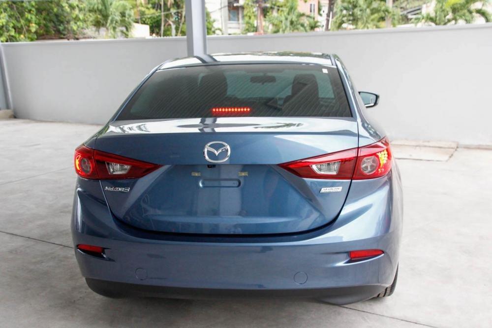 So sánh nhanh Mazda 3 sedan 2015 và Kia K3 2013 về phần đuôi xe.