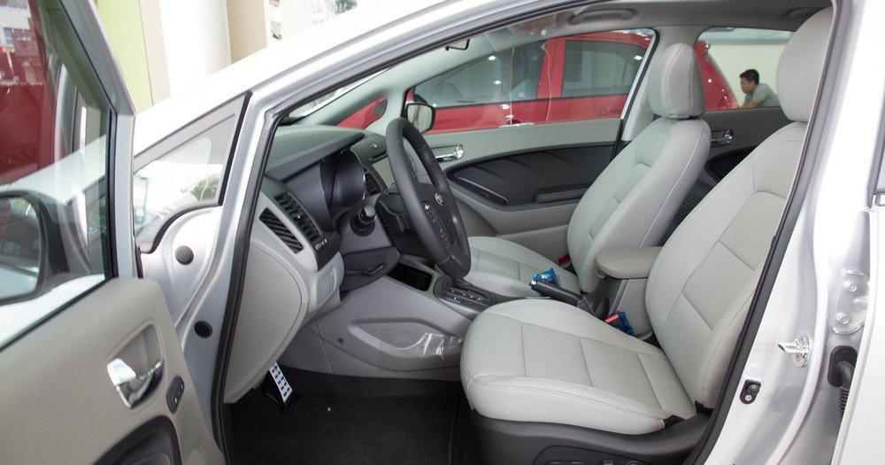 So sánh nhanh Mazda 3 sedan 2015 và Kia K3 2013 về thiết kế ghế ngồi 1