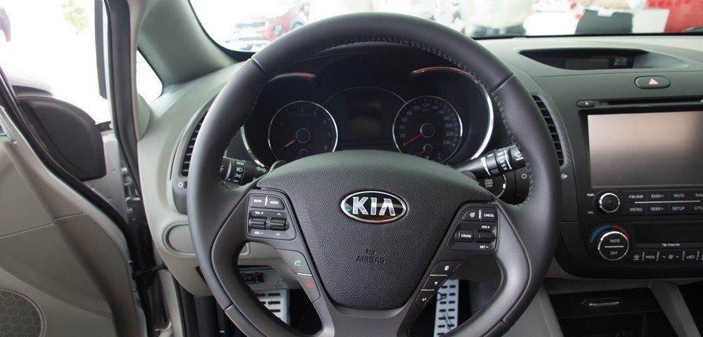 So sánh nhanh Mazda 3 sedan 2015 và Kia K3 2013 về thiết kế vô-lăng 1