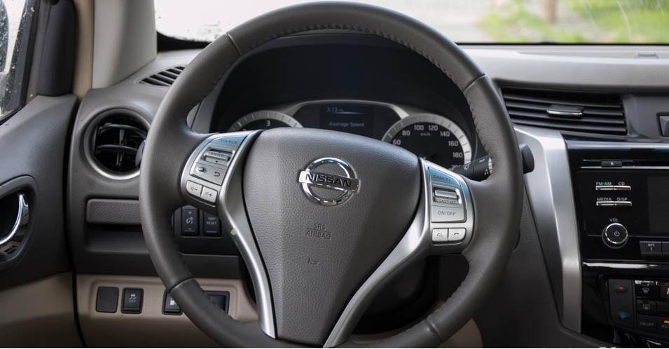 So sánh Mitsubishi Triton 4x4 AT 2015 và Nissan NP300 Navara VL 2015 về thiết kế vô lăng.