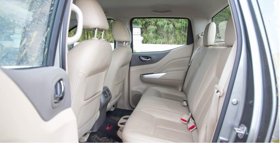 So sánh Mitsubishi Triton 4x4 AT 2015 và Nissan NP300 Navara VL 2015 về thiết kế ghế sau.