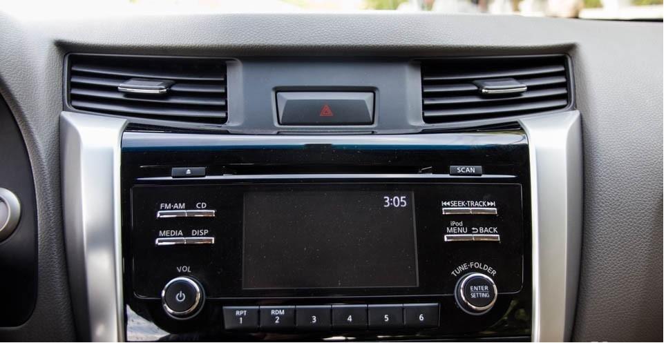 Hệ thống giải trí Mitsubishi Triton 4x4 AT 2015 và Nissan NP300 Navara VL 2015.
