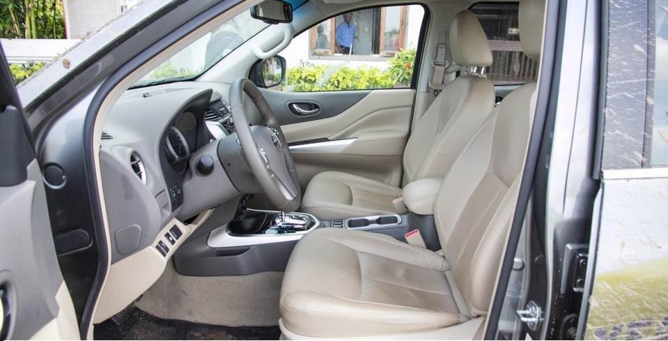 So sánh xe Mitsubishi Triton 4x4 AT 2015 và Nissan NP300 Navara VL 2015 về thiết kế ghế ngồi.